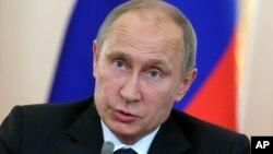 El presidente Vladimir Putin habla con la prensa en su residencia de Novo-Ogaryovo, en las afueras de Moscú.