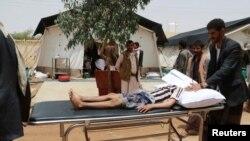 یک کودک یمنی که ظاهراً در حملۀ ائتلاف به رهبری عربستان سعودی زخمی شده است