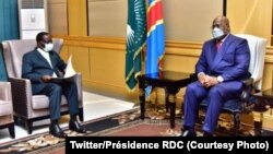 Ministre wa yambo Sylvestre Ilunga Ilunkamba (G) azali kopesa mokanda ya botiki mosala na président Félix Tshisekedi na Palis de la nation, Kinshasa, 29 janvier 2021. (Twiter/Présidence RDC)