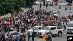 Những người ủng hộ phong trào đòi dân chủ tụ tập tại Tượng đài Victory ở thủ đô Bangkok, Thái Lan, ngày 21/10/2020. Biểu tình diễn ra hầu như mỗi ngày, đòi Thủ tướng Prayuth từ chức và cải cách hoàng gia. (AP Photo/Sakchai Lalit)
