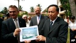 Ông Han Touch (phải) một viên chức Campuchia và ông Adelbert Eberhardt cầm bảng vẽ đài tưởng niệm,10/7/14