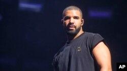 Drake trên sân khấu của liên hoan âm nhạc Austin City Limits Music Festival ở Texas hôm 3/10.