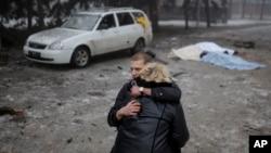 Mladić teši ženu jednog od civila ubijenih danas u Donjecku