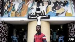Un Congolais devant une église de Kinshasa, RDC, le 21 janvier 2018.