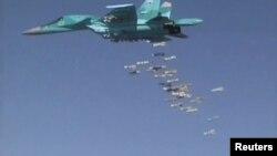 """Arşîv: Balefira Rûsî ji cûrê """"Sukhoi Su-34"""" dema Dêrezor bombebaran dike."""