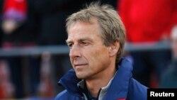 Pelatih nasional tim AS, Jurgen Klinsmann, dalam sebuah pertandingan melawan Azerbaijan di San Francisco, California (27/5). (Reuters/Stephen Lam)