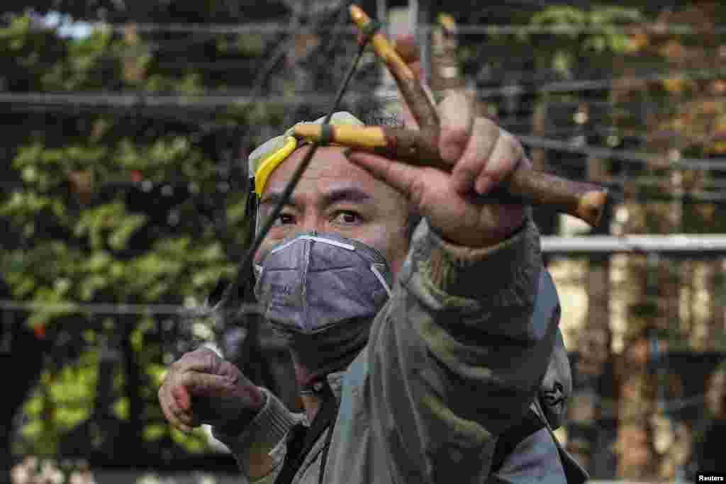 مظاہرین کی طرف سے پولیس پر پتھراؤ بھی کیا گیا۔