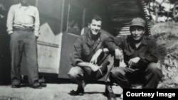 벤 말콤 당시 8240 부대 산하 백호부대(donkey-4) 고문관(중위) 과 유격대장이었던 박 철의 모습. (미 공수특전박물관 제공)