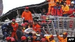 Nhân viên cứu hộ Thổ Nhĩ Kỳ lôi một người đàn ông ra khỏi đống đổ nát của một khách sạn ở thành phố Van, ngày 10/11/2011