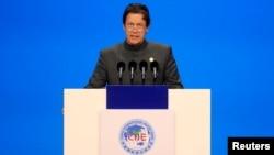 FOTO ARSIP: PM Pakistan, Imran Khan, berbicara dalam acara pembukaan China International Import Expo (CIIE) yang pertama di Shanghai, China, 5 November 2018 (foto: Reuters/Aly Song/Pool/Foto Arsip)