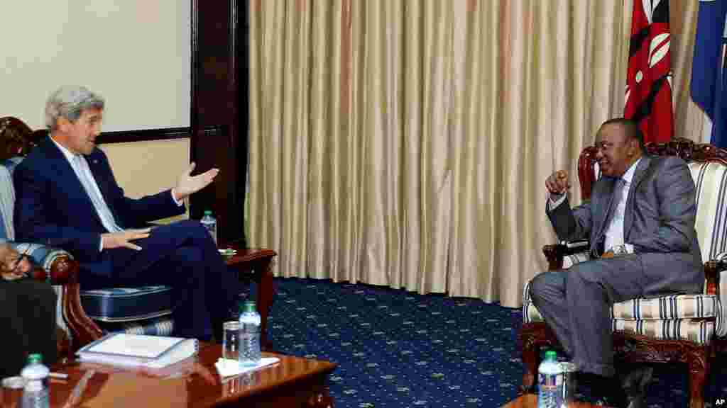 Le secrétaire d'Etat américain John Kerry, et le président du Kenya Uhuru Kenyatta, à Nairobi, le 22 août 2016.