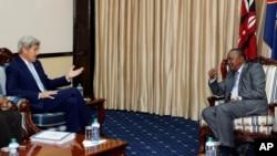 22일 케냐 수도 나이로비에서 우후루 케냐타 케냐 대통령과 환담하고 있는 존 케리(왼쪽) 미 국무장관.