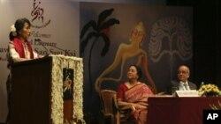 Lady Shri Ram College တြင္ ေဒၚေအာင္ဆန္းစုၾကည္ မိန္႔ခြန္းေျပာၾကားစဥ္။