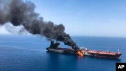 一艘油轮2019年6月13日在阿曼湾遭到攻击后起火燃烧。