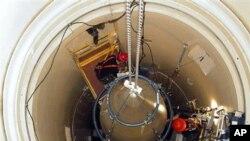 这张由美国空军公布的资料照片显示,马姆斯特罗姆空军基地的维修人员拆除一枚洲际弹道导弹的上端部分。