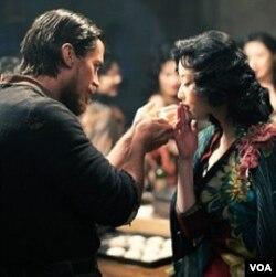 """Salah satu adegan dalam film """"The Flowers of War"""" yang dibintangi aktor Inggris, Christian Bale (kiri)."""