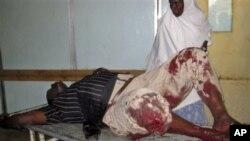 یهک له بریندارانی هێرشی سهر هوتێل مونای مهقادیشۆ بهرهو نهخۆشـخانه براوه، سێشهممه 24 ی ههشتی 2010