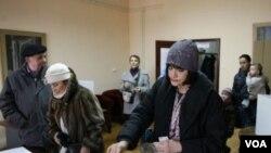 Warga Kroasia memasukan surat suaranya ke dalam kotak di TPS Zagreb, Kroatia (22/1).