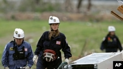 A search and rescue team looks for victims at a devastated apartment complex in Joplin, Missouri, May 26, 2011.