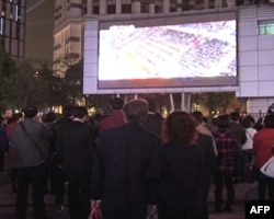 南京东路的大型电视屏幕吸引了大批民众在此观看实况转播