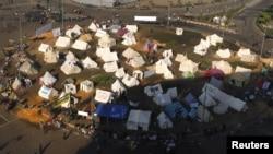抗议者和活动人士2012年11月26日继续在埃及开罗解放广场扎营静坐抗议活动,抗议埃及总统穆尔西发布一项扩充他权力的临时政令