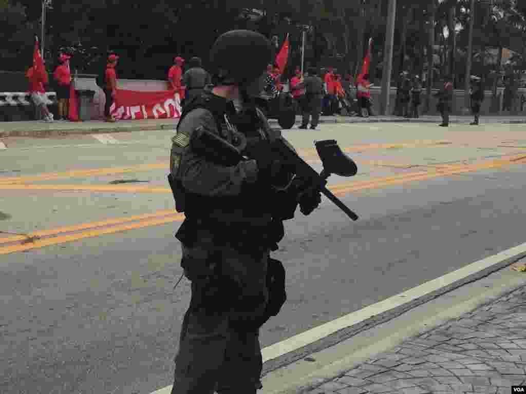 防爆警察與聚集在習近平下塌酒店附近的人群