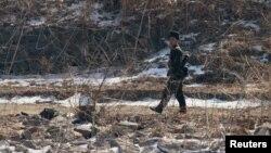 지난 2월 북한 접경 도시 신의주에서 군인이 압록강 주변을 순찰하고 있다. 강 너머 중국 단둥에서 촬영한 사진이다.