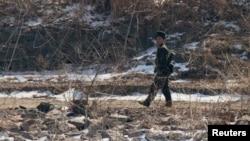 지난 2월 북중 접경 도시 신의주에서 북한 군인이 압록강 주변을 순찰하고 있다. 강 너머 중국 단둥에서 촬영한 사진. (자료사진)