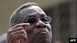 Tổng thống John Atta Mills mở một van dẫn dầu trong một buổi lễ đánh dấu quốc gia này bắt đầu sản xuất dầu thô