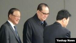 리수용 북한 외무상(가운데)이 19일 미국 방문을 위해 경유지인 베이징 서우두 국제공항에 도착했다. 리 외무상은 중국 당국의 삼엄한 경비 속에 특별한 말을 하지 않은 채 공항을 빠져나가고 있다.