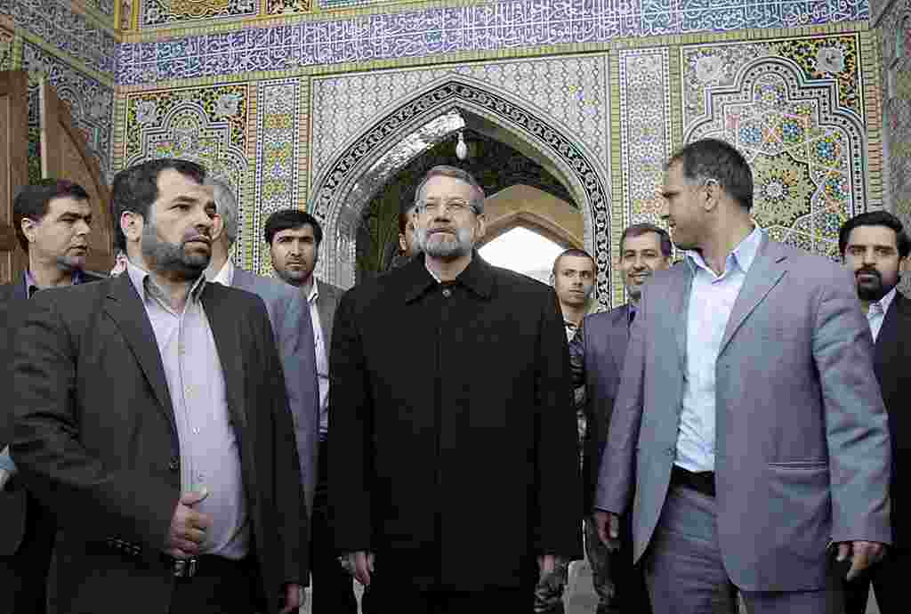El presidente del parlamento, Ali Larijani, al arribar a la mezquita de Masoumeh en Qom, para votar.