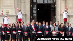 El presidente de Perú, Martin Vizcarra (al centro), posa con su gabinete de ministros tras una ceremonia de juramento en el Palacio de Gobierno de Lima. 2 de abril de 2018. REUTERS/Guadalupe Pardo