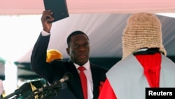 Emmerson Mnangagwa (kiri) diambil sumpahnya sebagai Presiden baru Zimbabwe dalam upacara pelantikan di Harare Jumat (24/11) lalu.