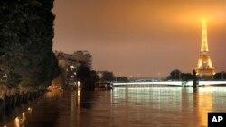 홍수로 수위가 높아진 파리 센 강