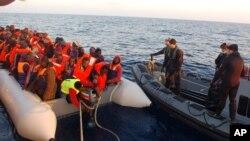 Di dân được Hải quân Ý cứu đang được đưa vào bờ