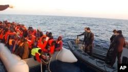 مامورین ایتالیایی حین نجات مهاجرین غیرقانونی افریقایی