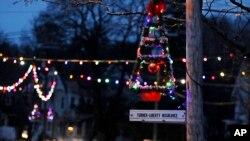 Карантин напомнил некоторым американцам рождественские каникулы. На фото - иллюминация в Нью-Гэмпшире