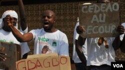 Para pendukung Presiden terpilih Alassane Ouattara melakukan unjuk rasa sambil membawa poster anti-Gbagbo di Abidjan.