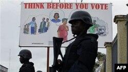 Cảnh sát Liberia bên ngoài trụ sở của Ủy ban Bầu cử quốc gia ở Monrovia