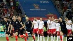 Jugadores de Croacia celebran el triunfo en penales contra Dinamarca en la Copa Mundial 2018 en Rusia, después de que el juego terminara en empate a 1. Con la victoria 3-2 en penales, Dinamarca quedó eliminada del torneo.(AP Photo/Gregorio Borgia)