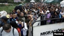 Para imigran antre untuk menyeberang ke Kolombia melalui jembatan internasional Simon Bolivar, Cucuta, Kolombia, 13 Februari 2018.