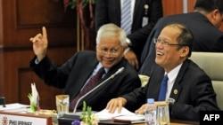 菲律賓外交部長羅薩里奧(左)和總統阿基諾(右)