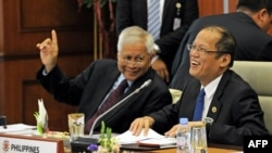 Philippine President Benigno Aquino (R) chats to Philippine Foreign Affairs Secretary Albert del Rosario (L) during the 9th Brunei-Indonesia-Malaysia-Philippines East ASEAN Growth Area (BIMP-EAGA), Apr. 25, 2013.