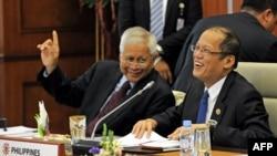 Philippine President Benigno Aquino (R) chats to Philippine Foreign Affairs Secretary Albert del Rosario (L) during the 9th Brunei-Indonesia-Malaysia-Philippines East ASEAN Growth Area (BIMP-EAGA), Apr. 25, 2013.