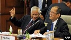 Tổng thống Philippin Benigno Aquino (phải) và Ngoại trưởng Philippin Albert del Rosario