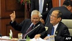 2013年4月25日,菲律宾总统贝尼尼奥•阿基诺(右)与菲律宾外长德尔•罗萨里奥在第九届文莱-印尼-马来西亚-菲律宾东东盟发展区会议期间谈笑。
