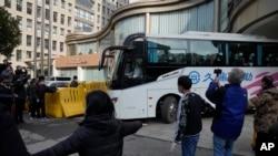 Một toán chuyên gia của WHO kết thúc thời gian cách ly lên xe buýt tới một khách sạn khác ở Vũ Hán ở trung tâm tình Hà Bắc hôm 28/1/2021. (AP Photo/Ng Han Guan)