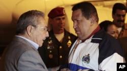 A su arribo Chávez fue recibido por su homologo Raúl Castro con quien intercambió al pie del avión un breve y animado diáogo.