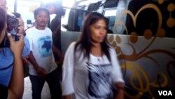 Rombongan Keluarga Mary Jane yang datang dari Filipina bersama penasihat hukumnya, Kamis (30/4) tiba di kompleks lapas Wirogunan Yogyakarta (VOA/Munarsih).