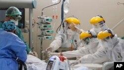 Doktorlar ve sağlık ekibi Akdeniz Üniversitesi hastanesi yoğun bakım servisinde Corona virüsü tedavisi gören hastaya müdahale ediyor.(Arşiv )